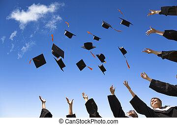 étudiants, chapeaux, remise de diplomes, air, célébrer, lancement