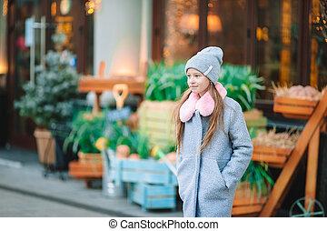 adorable, dehors, girl, city., heureux, peu, européen