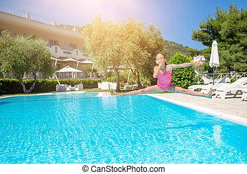 adorable, girl, piscine, extérieur, natation, peu