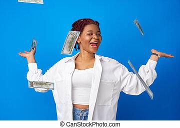 afro, bleu, argent américain, contre, sourire, fond, femme, lancement, heureux