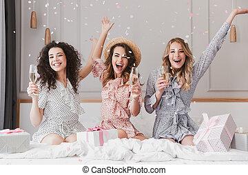 appartement, 20s, confetti, heureux, trois, amusement, sous, champagne, chic, fête, boire, tomber, avoir, femmes, bachelorette, luxe, quoique, jeune