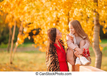 automne, girl, dehors, peu, parc, jour, maman
