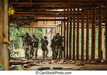 bâtiment, gardes forestiers, force, stormed