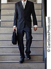 bas, homme affaires, marche, escalier