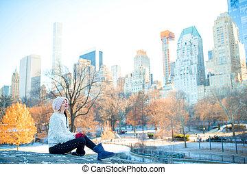 beau, jouir de, femme, central, gratte-ciel, parc ville, york, ice-rink, nouveau, manhattan, vue