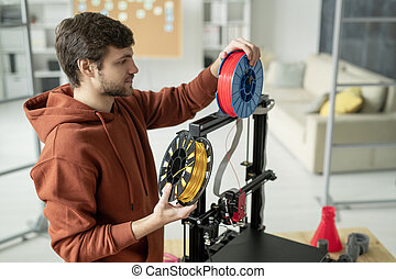 bobine, 3d, imprimante, filament, créatif, debout, homme, quoique, changer, jeune