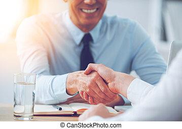 business, séance, deal., gens serrant main, gros plan, deux, endroit, fonctionnement, quoique, bon