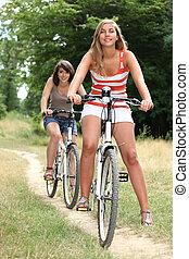 campagne, voyager vélos, jeunes femmes