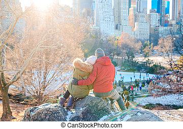 central, célèbre, york, jouir de, couple heureux, ice-rink, parc, vue, ville, nouveau