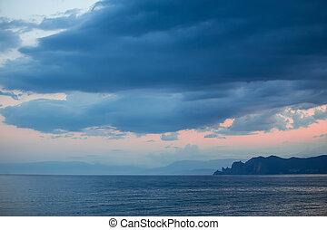 ciel nuageux, sur, coucher soleil, mer