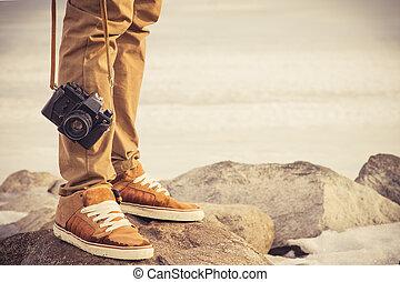 concept, style de vie, photo, voyage, pieds, extérieur, vacances, vendange, homme, appareil photo, retro