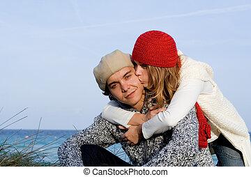 couple mélangé, course, vacances, heureux
