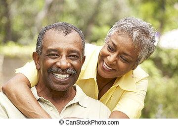 couples aînés, étreindre, dehors