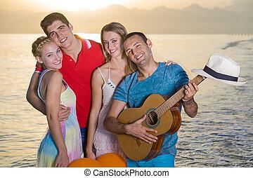 couples, plage, coucher soleil, deux, heureux