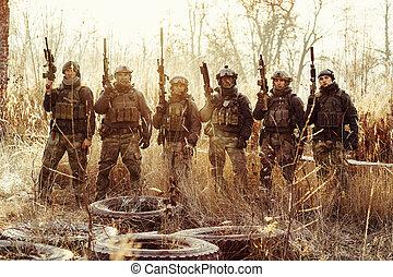 debout, groupe, bras, regarder, appareil photo, soldats