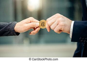 donner, person., bitcoin, cryptocurrency, autre, mains, échanger, homme affaires