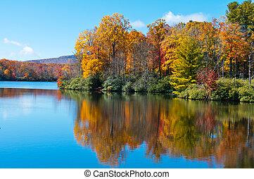 dorsale bleu, coût, reflété, surface, lac, feuillage, automne, route express