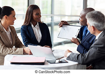 expliquer, collègues, graphique, ventes, africaine, homme affaires