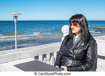 extérieur, séance, jeune femme, regarde, mer, café