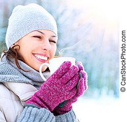 femme, heureux, hiver, extérieur, sourire, grande tasse, beau