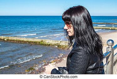 femme, jeune, closeup, regarde, mer, portrait