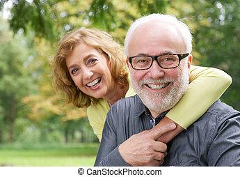 femme, plus vieux, embrasser, homme souriant, heureux