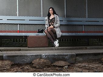 ferroviaire, jeune, gris, assied, manteau, valise, banc, station, girl