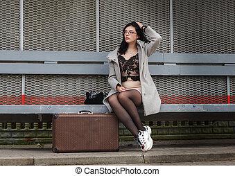 ferroviaire, jeune, manteau, girl, gris, assied, valise, station, banc