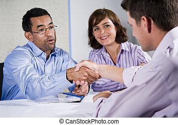 gens, hommes, trois, secousse, mains affaires, réunion