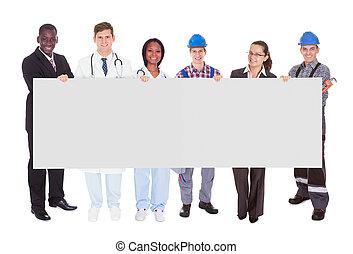 gens, métiers, divers, tenue, vide, panneau affichage, sourire