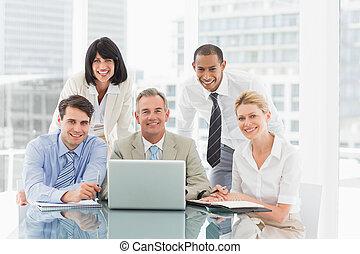 gens, rassemblé, ordinateur portable, business, regarder, appareil photo, autour de, heureux