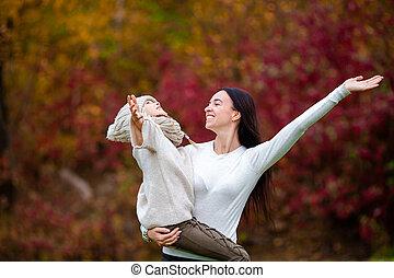 maman, girl, automne, parc, peu, jour, dehors