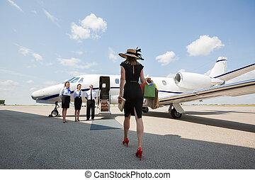 marche, femme, jet, privé, terminal, aéroport, vers