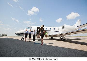 marche, femme, jet, privé, terminal, aéroport, vers, riche