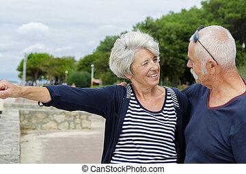 mer, couple heureux, regarder, aînés