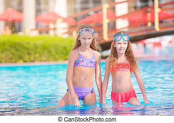 natation, piscine extérieure, adorable, petite fille