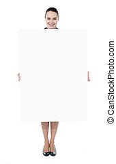 panneau affichage, femme, jeune, tenue, vide