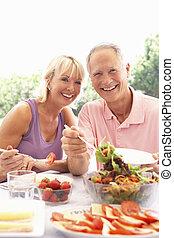 personne agee, manger, accouplez dehors