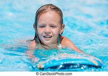petite fille, adorable, natation, piscine extérieure