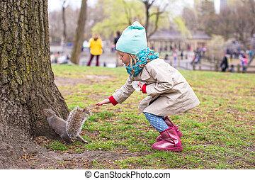 peu, central, écureuil, girl, parc, new york, amérique, nourrit
