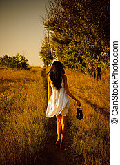 pieds nue, chaussures, main, field., girl, robe, blanc, vue postérieure