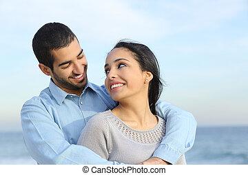 plage, amour, couple, heureux, désinvolte, arabe, caresser