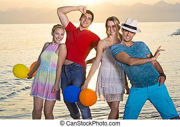plage, compagnons, coucher soleil, jeune, heureux