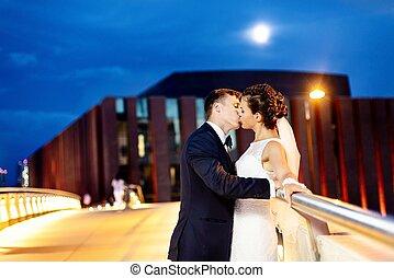 pont, magnifique, ville, nouveaux mariés, nuit