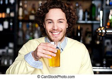 positif, jeune, verre, bière, tenue, homme