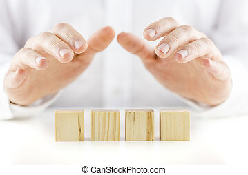 protectivement, sien, image., bois, sur, mains, text., quatre, conceptuel, cubes, réflecteur, tenue, vide, prêt, table, blanc, homme, ton, rang