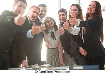 réussi, gens, haut, sourire, pouces, business