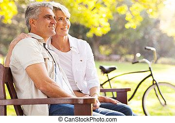 retraite, couple, mi, élégant, dehors, rêvasser, âge