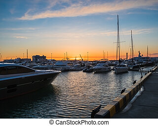 sochi, yachts, jetée, coucher soleil, mer, soir