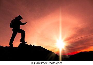 sommet montagne, jeune, téléphone, utilisation, intelligent, homme